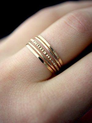 несколько колец на одном пальце