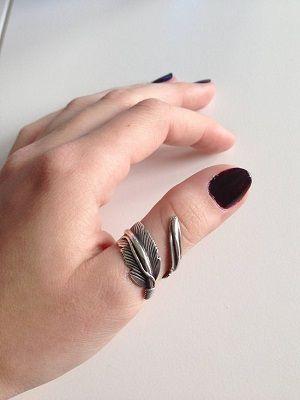 серебряное кольцо на большом пальце