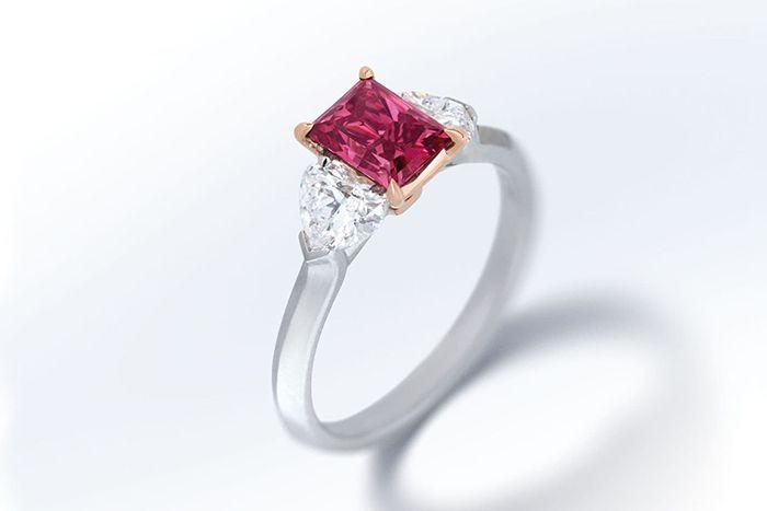 кольцо с пурпурно-красным бриллиантом