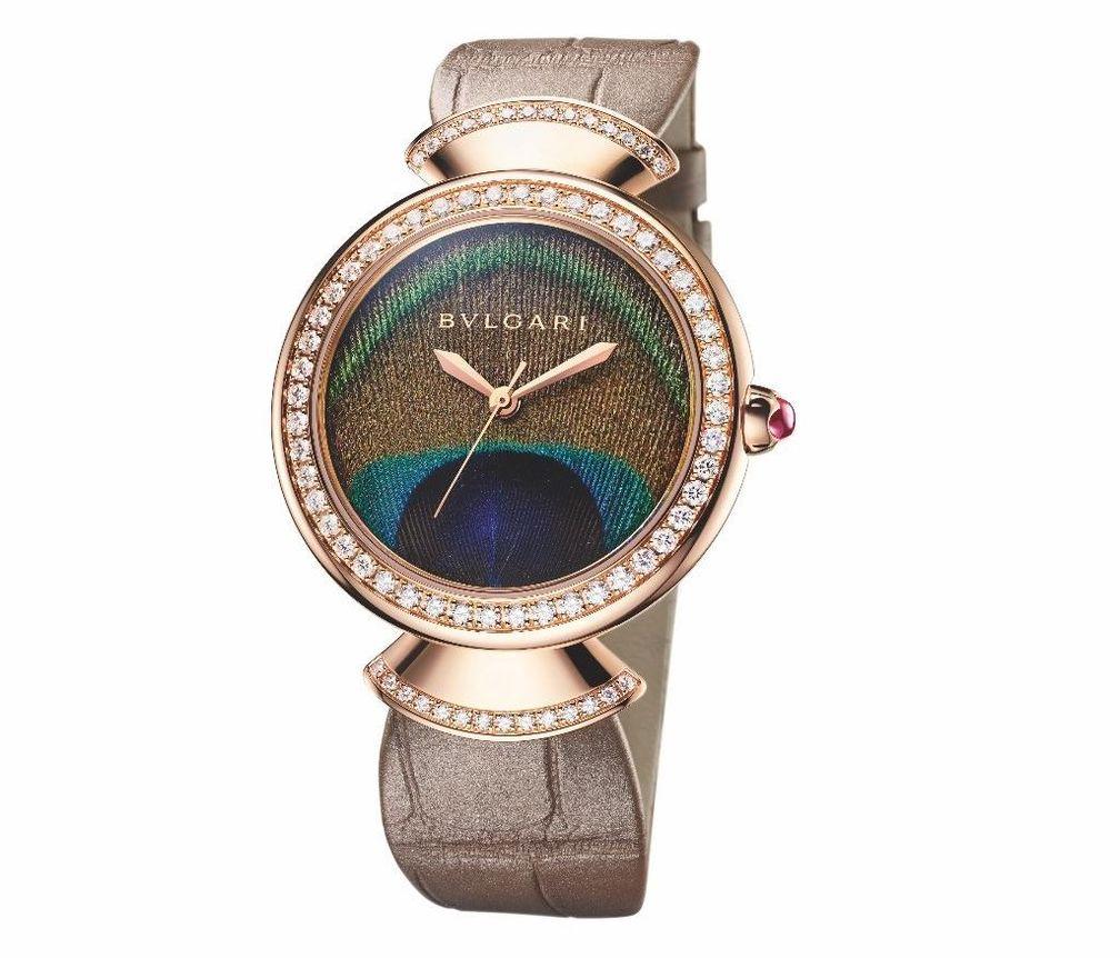 Часы Diva's Dream от Bulgari с корпусом и безелем из розового золота 18 карат и веерообразными звеньями, украшенными бриллиантами классической огранки, циферблатом из натурального павлиньего пера и ремешком из кожи аллигатора