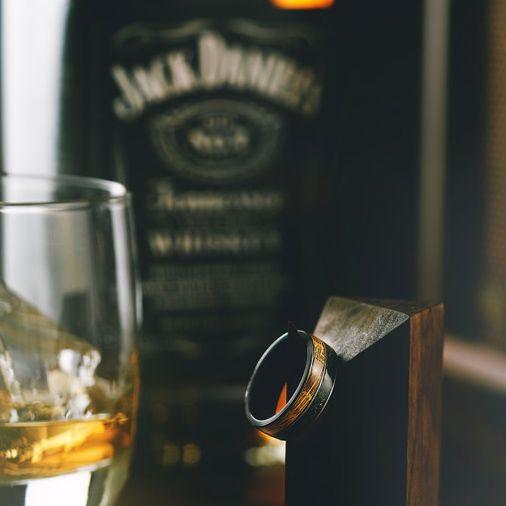 Кольцо Tennessee от Manly Bands из черного циркония и состаренного белого дуба, взятого из бочки для виски Jack Daniel's
