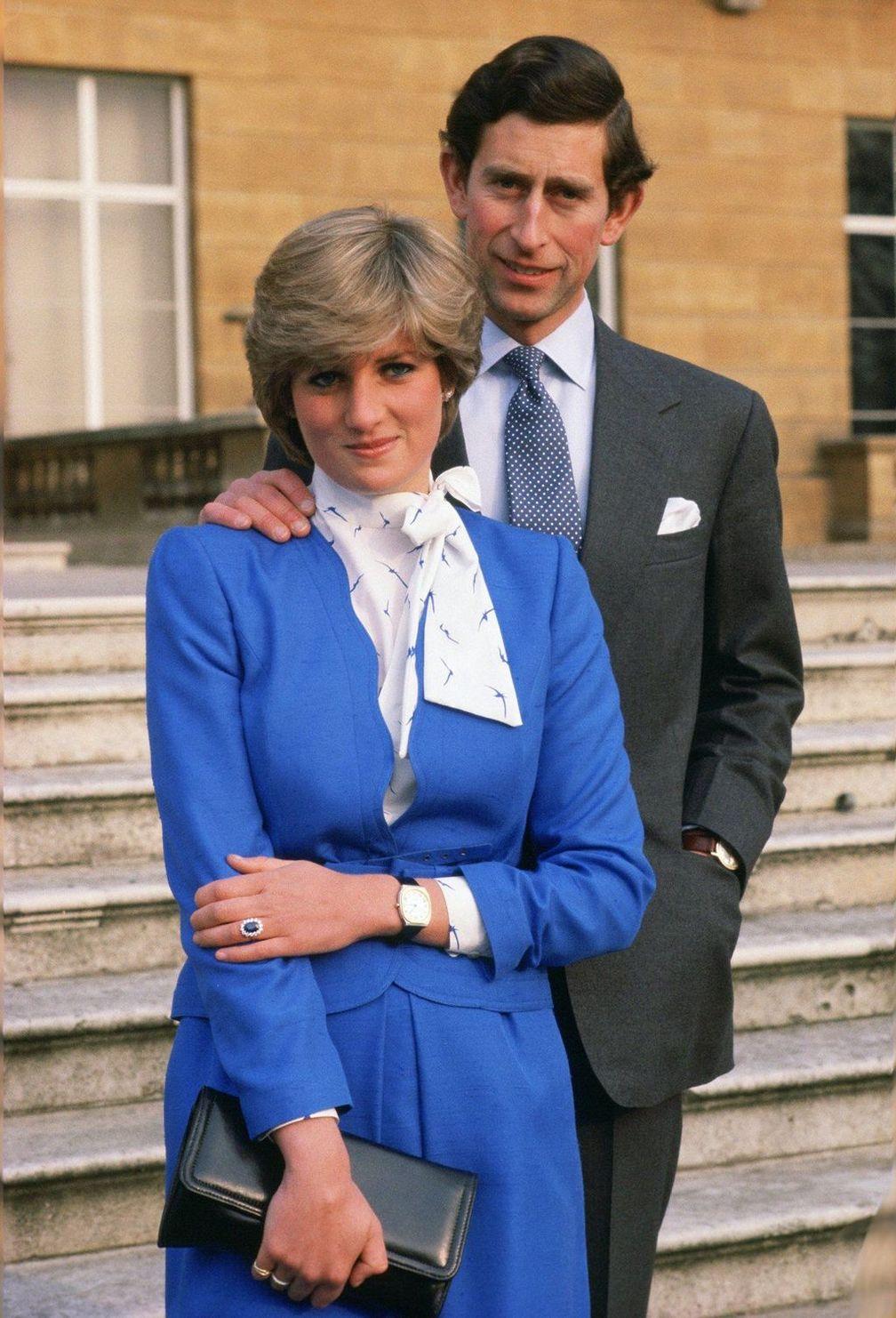 Леди Диана Спенсер носит обручальное кольцо, когда позирует для фотографий
