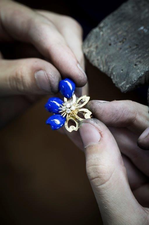 Мастера французского ювелирного дома собирают лепестки лазурита на подвеске