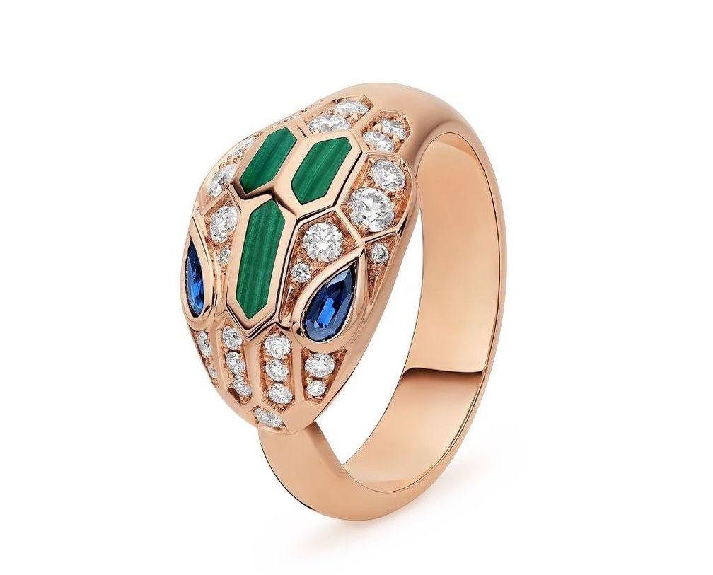Кольцо Serpenti от Bulgari из розового золота 18 карат с голубыми сапфирами, малахитовыми вставками и бриллиантовым паве