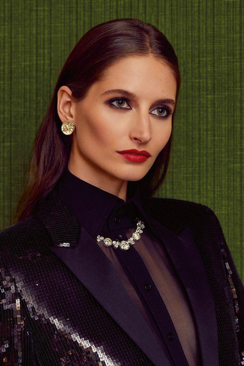 На модели бриллиантовые серьги и ожерелье Bulgari