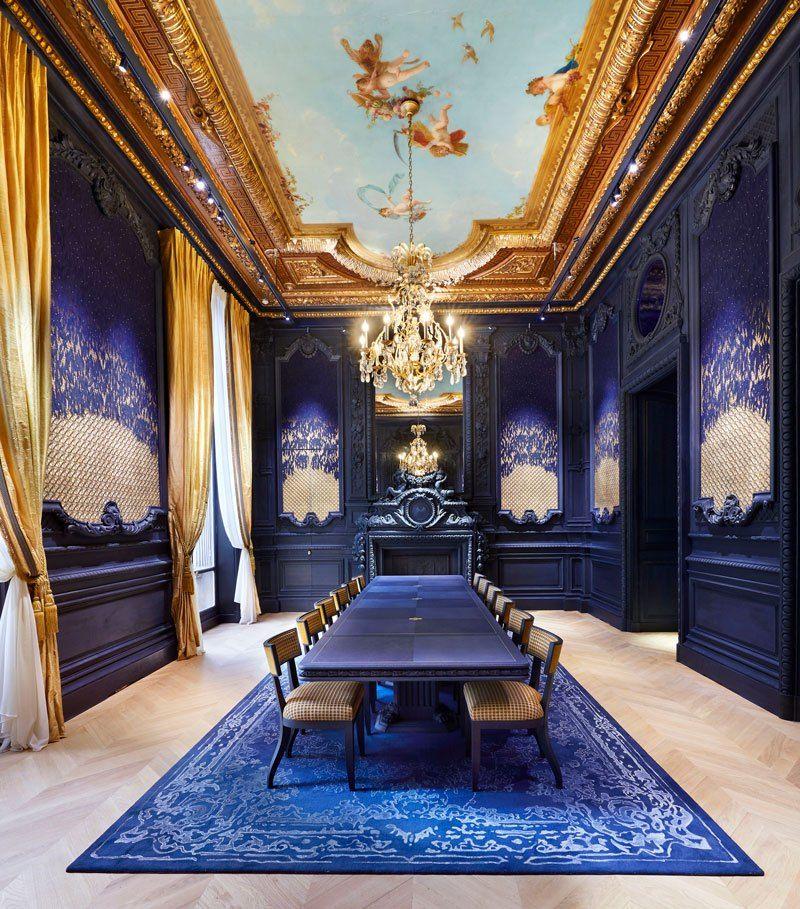 Salon des Perles – это уютное пространство для мероприятий с панелями в стиле Наполеона III и оригинальной росписью потолка Пьера-Виктора Галлана