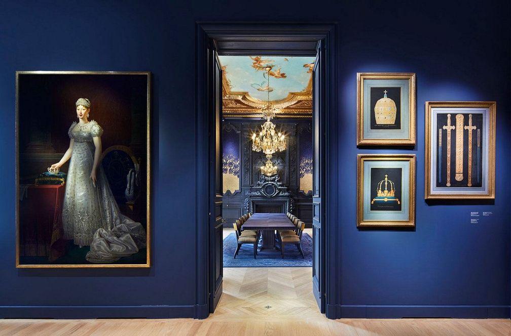 Темно-синие стены уступают место Salon des Perles