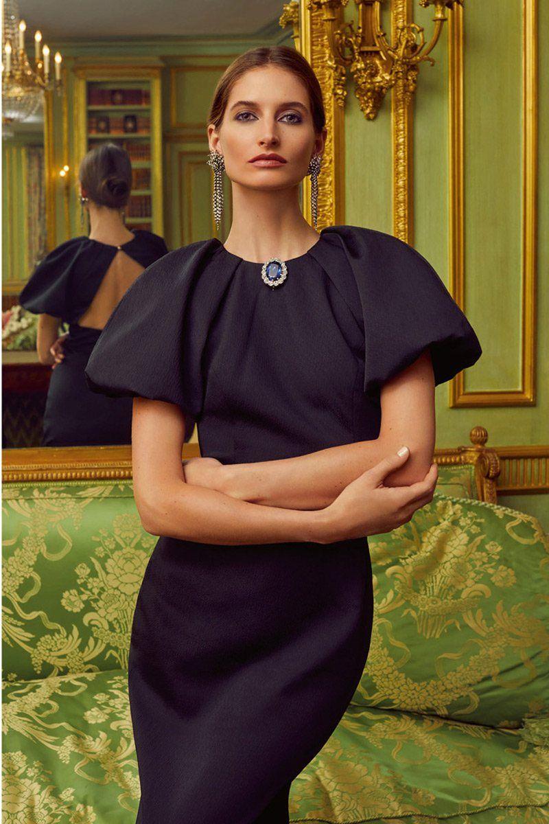 На модели серьги, брошь из золота, с сапфиром и бриллиантами с серебряным верхом из коллекции Марии, принцессы и графини Хэрвуд, единственной дочери Георга V и королевы Марии