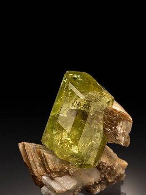 Бразилианит: свойства камня и изделия из него