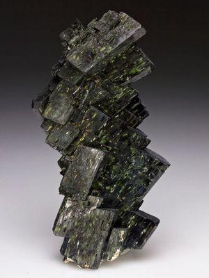 Авгит: свойства и применение камня