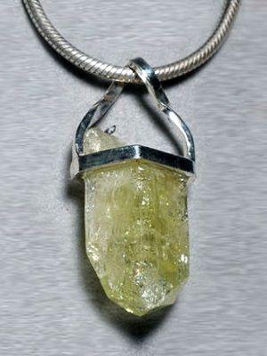 кулон с зеленым камнем