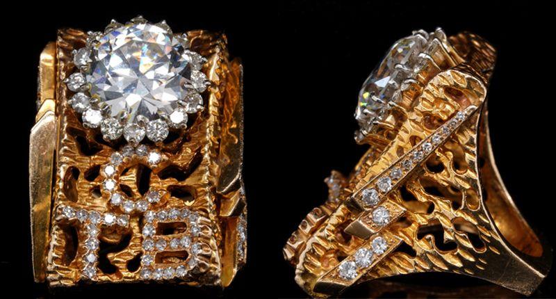 Ювелир Лоуэлл Хейс – младший из Мемфиса, штат Теннесси, разработал это кольцо для Элвиса Пресли