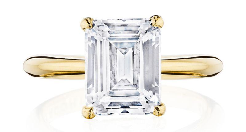 Кольцо Founder's Ring RoyalT от Tacori с бриллиантом изумрудной огранки похоже на обручальное кольцо Марии Шараповой