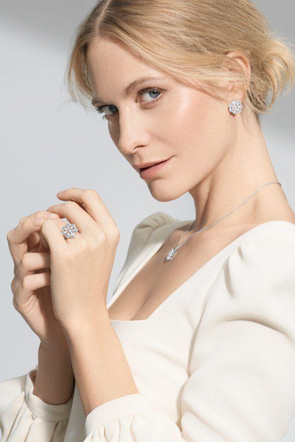 Поппи Делевинь в серьгах Mini-Froufrou, кулоне и кольце из белого золота с бриллиантами