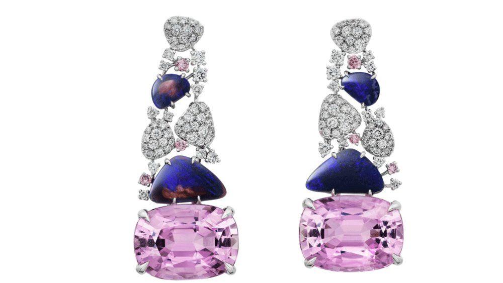 В этих серьгах два потрясающих розовых кунцита, опалы и бриллиантовое паве, а также вставки розовых бриллиантов в платине