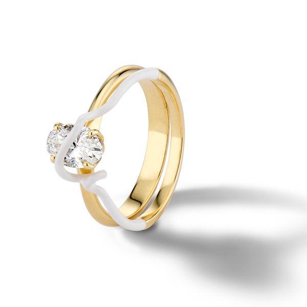 Обручальное кольцо You're So Mine от Беа Бонджаски из желтого золота и белой эмали