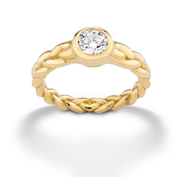 Обручальное кольцо Treccia от Памелы Лав из желтого золота с текстурной оплеткой на ободке и бриллиантом круглой огранки