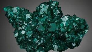 Диоптаз: свойства камня и украшения с ним