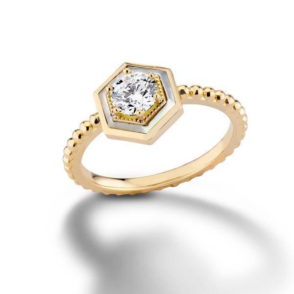 Обручальное кольцо Motu от Harwell Godfrey из желтого золота с бриллиантом в центре шестиугольного ореола из перламутра