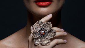 Ювелирная флористика: как выбрать и носить украшения с цветами