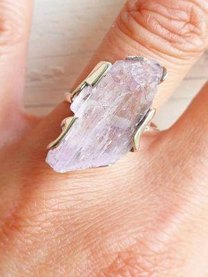 Kyнцит: свойства и применение камня