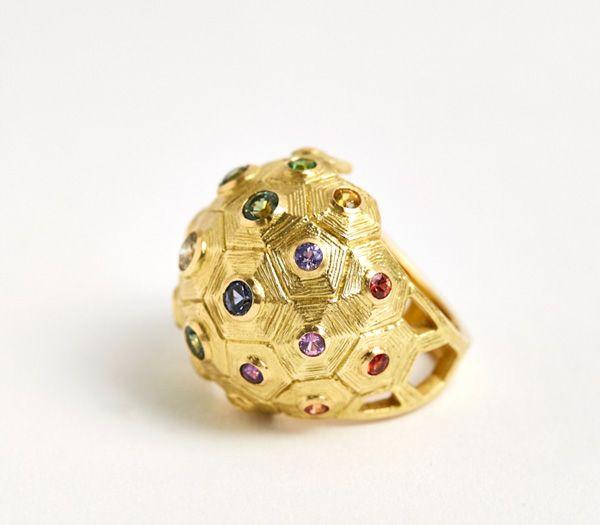 Коктейльное кольцо с радужным сапфиром от Laura Caspi