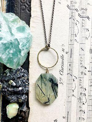 Пренит: свойства и ювелирное применение камня