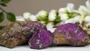 Пурпурит: свойства и применение камня в ювелирном деле