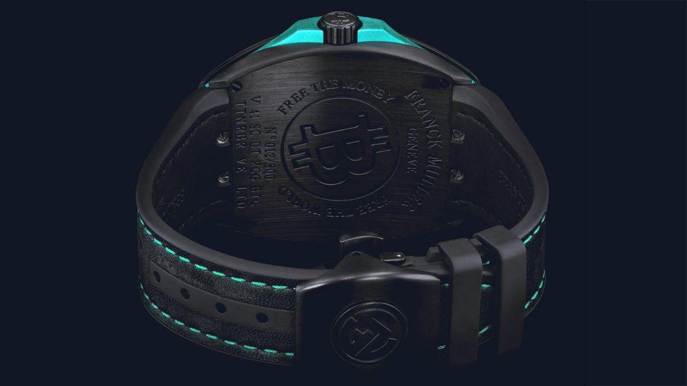 Часы оснащены черным кожаным ремешком, гармонирующим с черным матовым титаном с DLC-покрытием