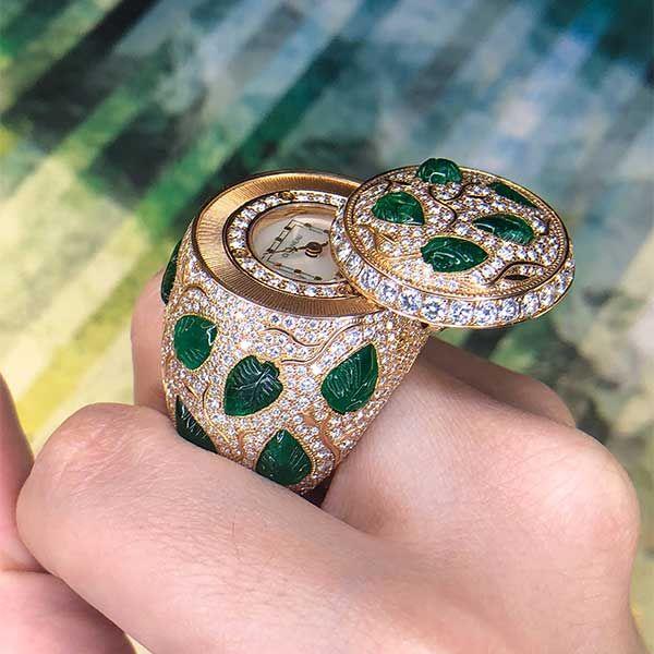 Кольцо с часами DeLaneau, украшенное бриллиантами круглой огранки и резными изумрудными листьями