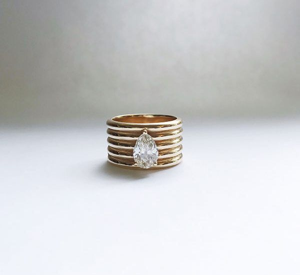 Изготовленное на заказ кольцо Carleen из желтого золота со старинным европейским бриллиантом грушевидной огранки