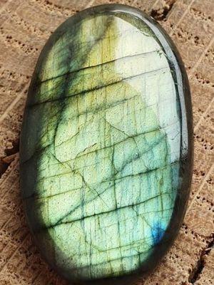 Отшлифованный лабрадорит с зеленоватым оттенком