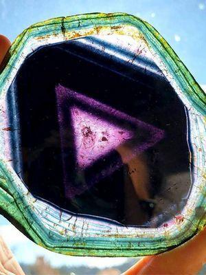 разноцветный камень