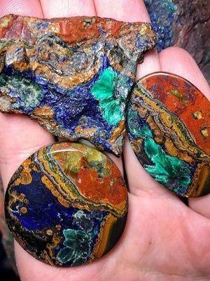 цветные камни в руке