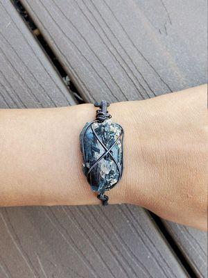 украшение с камнем на руку
