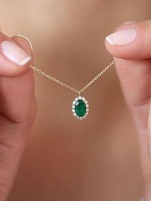 украшение с зеленым камнем
