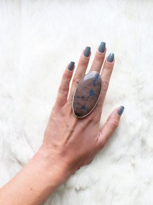 кольцо с огромным камнем