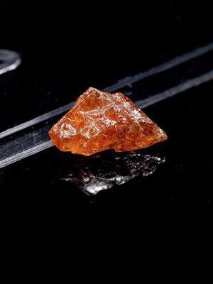 Редкий клиногумит: свойства и ювелирное применение камня