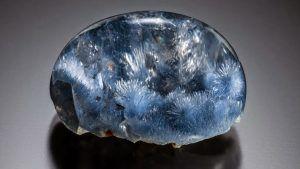Редкий дюмортьерит: свойства камня и украшения с ним