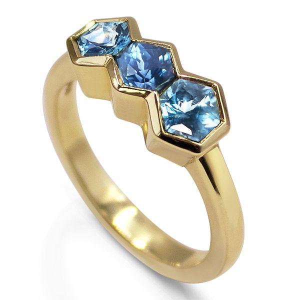 Единственное в своем роде кольцо из переработанного желтого золота с необработанными шестигранными сапфирами Montana