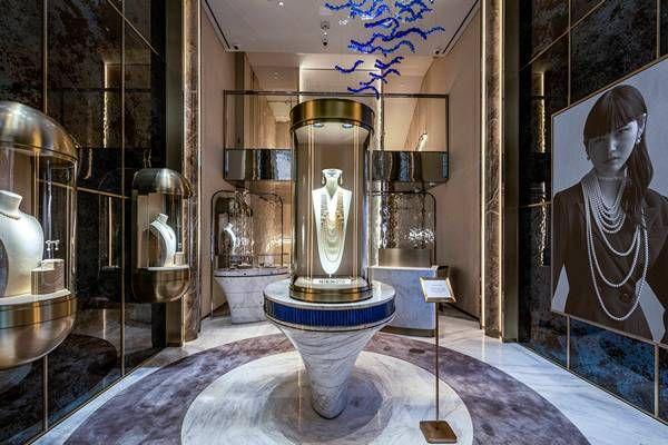Стеклянная люстра японской компании Studio Sawada Design украшает атриум нового бутика Mikimoto в Нью-Йорке