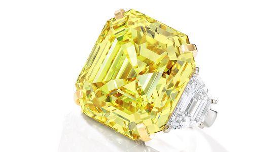 Кольцо Cartier с фантазийным ярко-желтым бриллиантом изумрудной огранки весом 43,35 карата