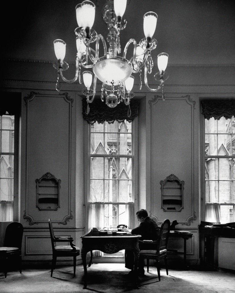 Гарри Уинстон в своем офисе на Пятой авеню в Нью-Йорке