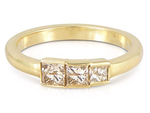 Уникальное кольцо из переработанного желтого золота весом с бриллиантами огранки принцесса цвета шампанского