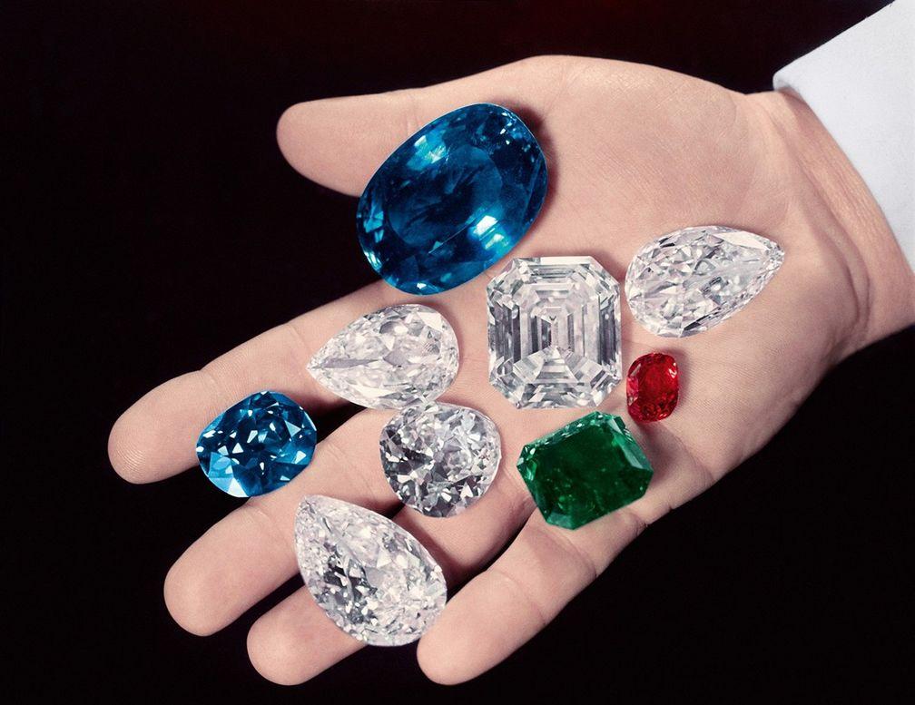 Гарри Уинстон держит в руках несколько самых известных в мире камней