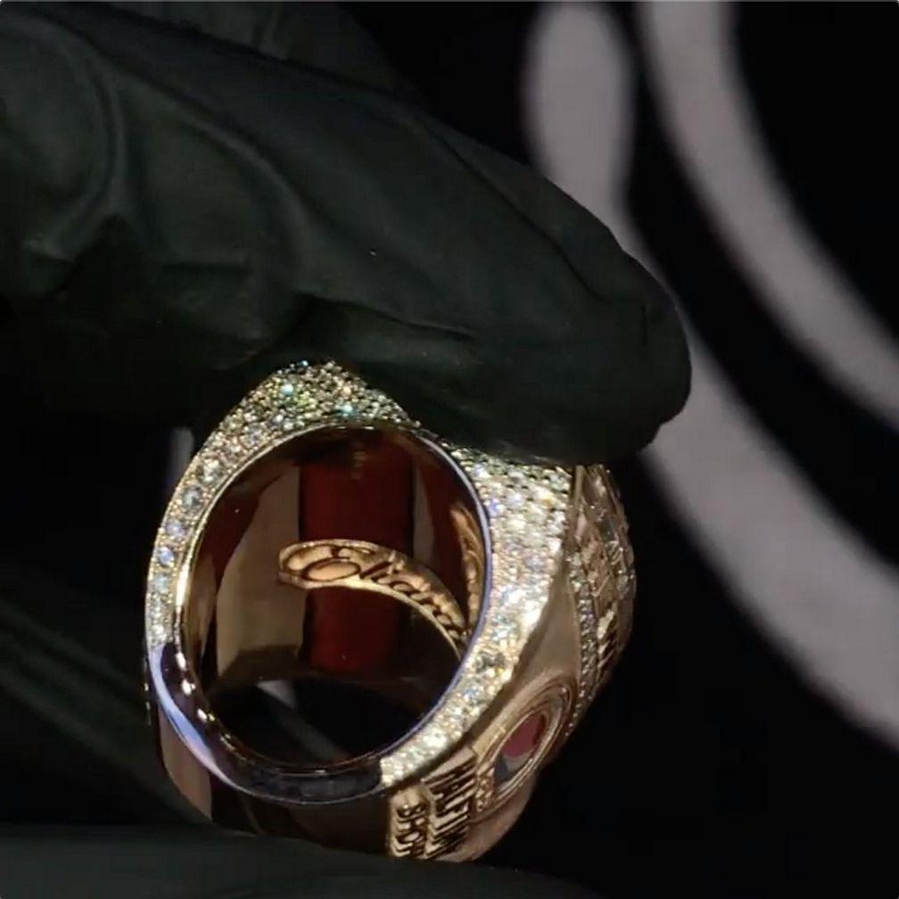 Бриллиантовое паве на кольце Super Bowl LV