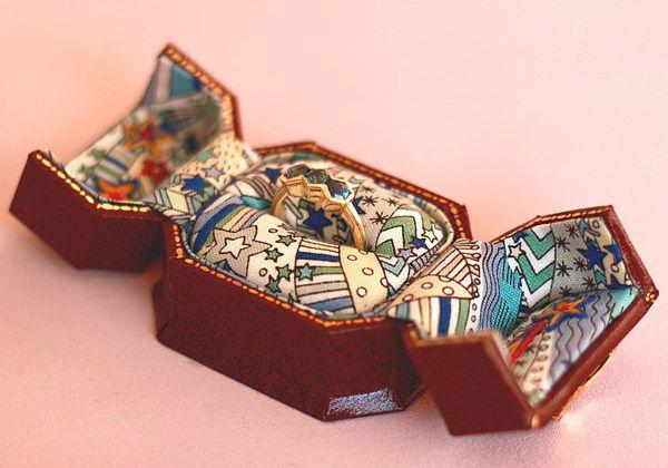 Каждое кольцо поставляется в отреставрированной винтажной шкатулке для драгоценностей, выложенной ретро-принтом Liberty