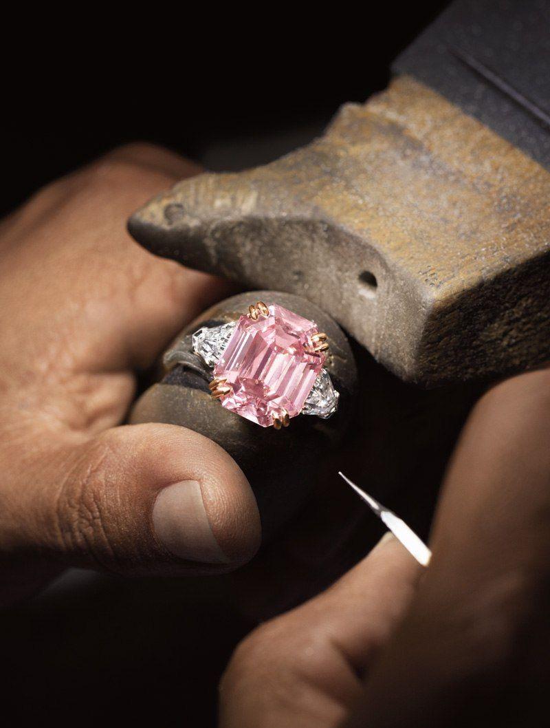 Мастер работает над кольцом Winston Pink Legacy