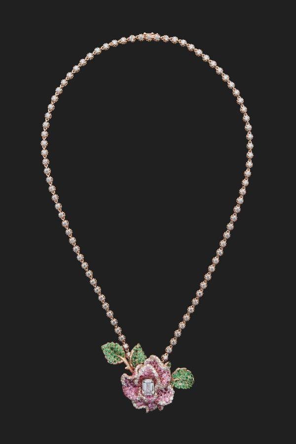 Кулон из розового и белого золота с бриллиантами, розовыми сапфирами и цаворитами