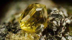 Эпидот: чем интересен камень и где применяется